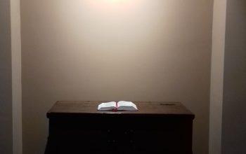 godskiste met opengeslagen liedboek in de nieuwe nis in de hal van de kerk