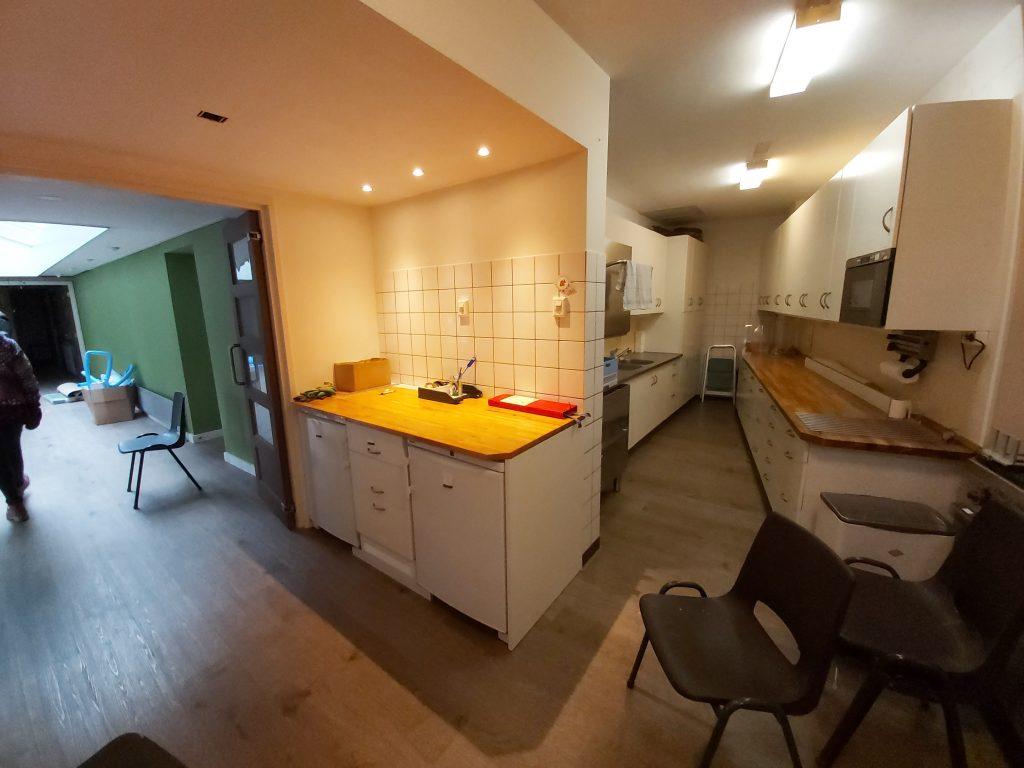 zicht vanuit de keuken naar de nieuwe groene muur