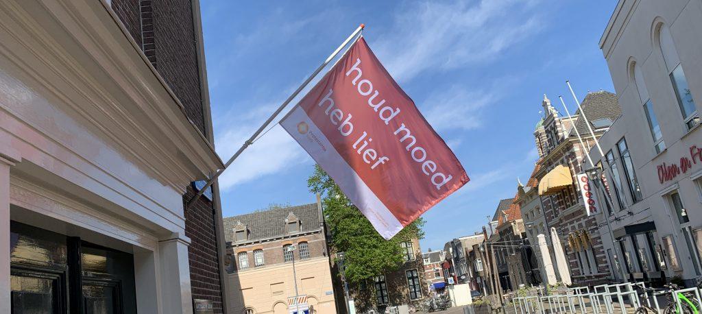 Vlag bij voordeur van de kerk